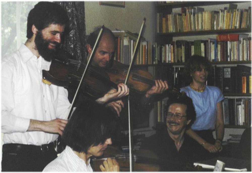 Eröd bei der Hausmusik, v.l.n.r. stehend: Thomas Riebl, Michael Schnitzler, Rita Graf. Sitzend: Ernst Kovacic, Iván Eröd / © Photo: Marie-Luce Eröd, Archiv Eröd.
