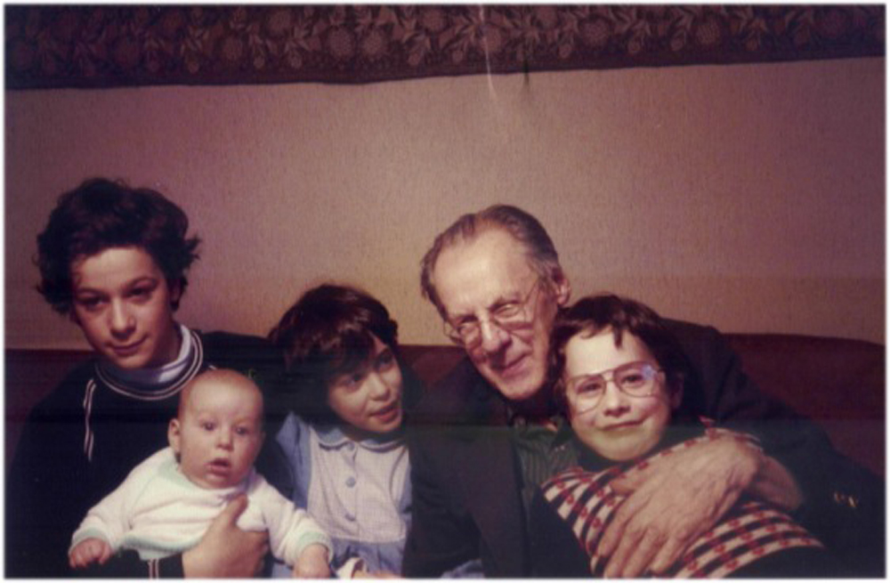 Prof. Josef Mertin mit vier Eröd-Kindern (v.l.n.r. Adrian, Raphael, Natalie, Prof. Mertin, Leonard) / © Photo: Marie-Luce Eröd, Archiv Eröd